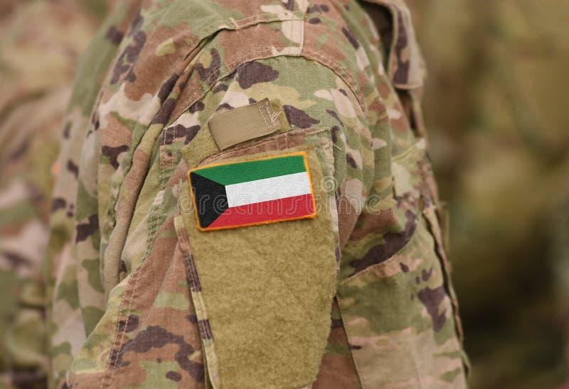 Kuwait-Flagge auf Soldaten bewaffnen Collage lizenzfreie stockbilder