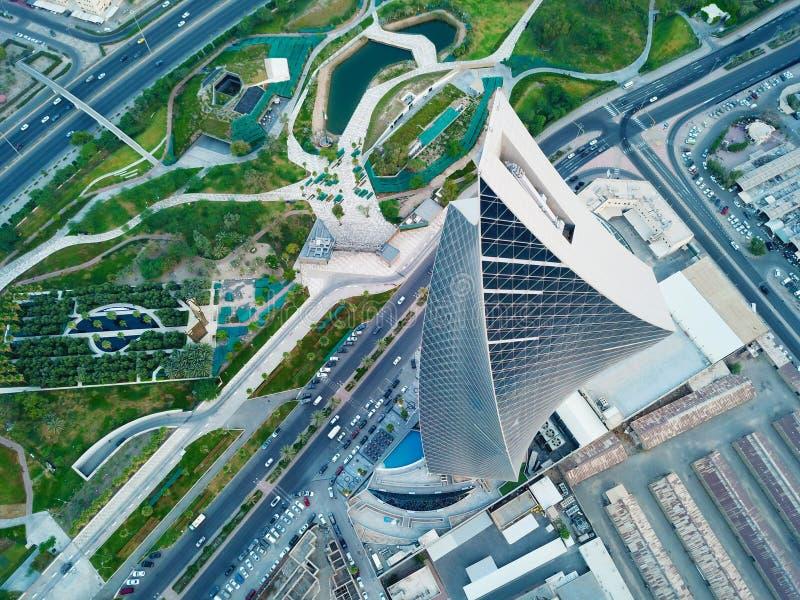 Kuwait - junio de 2019 - Al Tijariya Tower Soaring High sobre Al Soor Gardens - la primera torre que tuerce de Kuwait fotografía de archivo libre de regalías