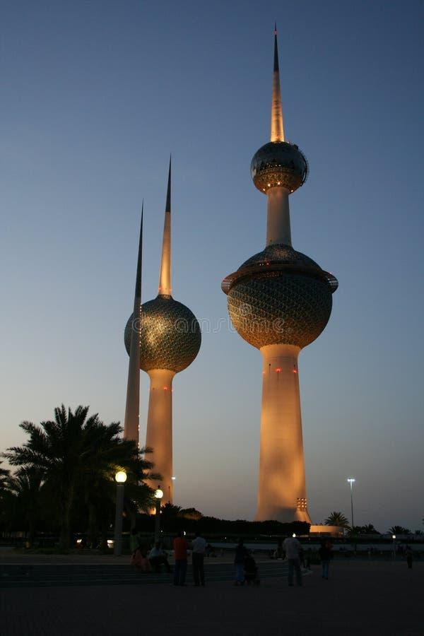 Kuwait-Kontrolltürme bis zum Nacht stockfotos