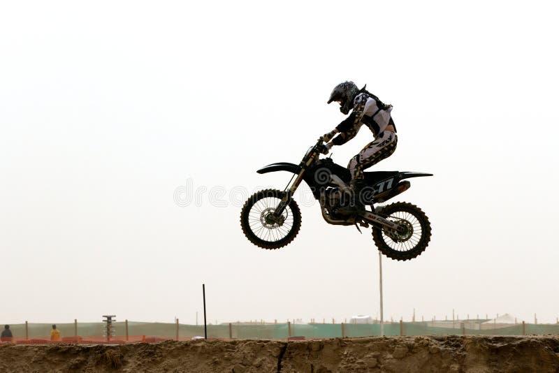Kuwait motorcross Mitfahrer in der Luft stockfotos