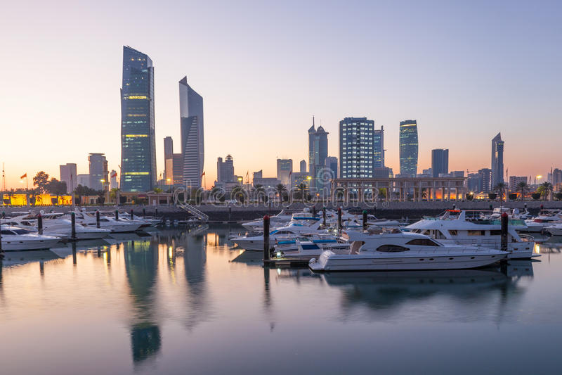 Kuwait-Stadt an der Dämmerung lizenzfreie stockfotografie