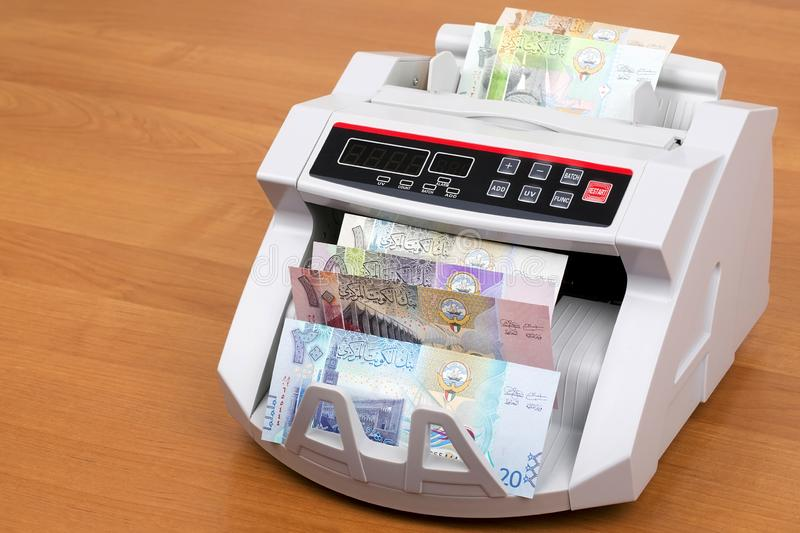 Kuwaitisk dinar i en räknande maskin royaltyfri fotografi
