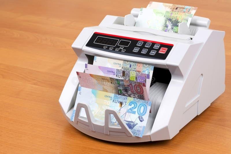Kuwaitiska pengar i en räknande maskin royaltyfri bild