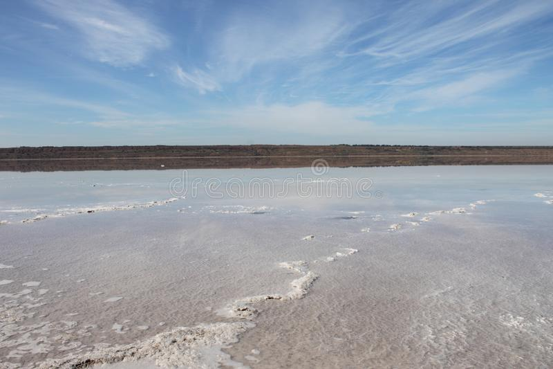 Kuyalnytsky出海口海岸有盐的 免版税图库摄影