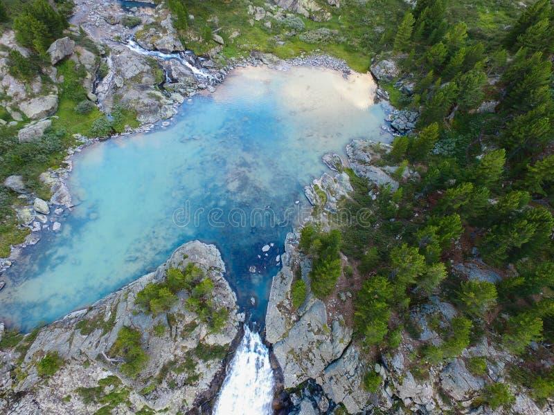 Kuyguk sjö och vattenfall i Altai berg Flyg- sikt för ryskt landskap arkivbild