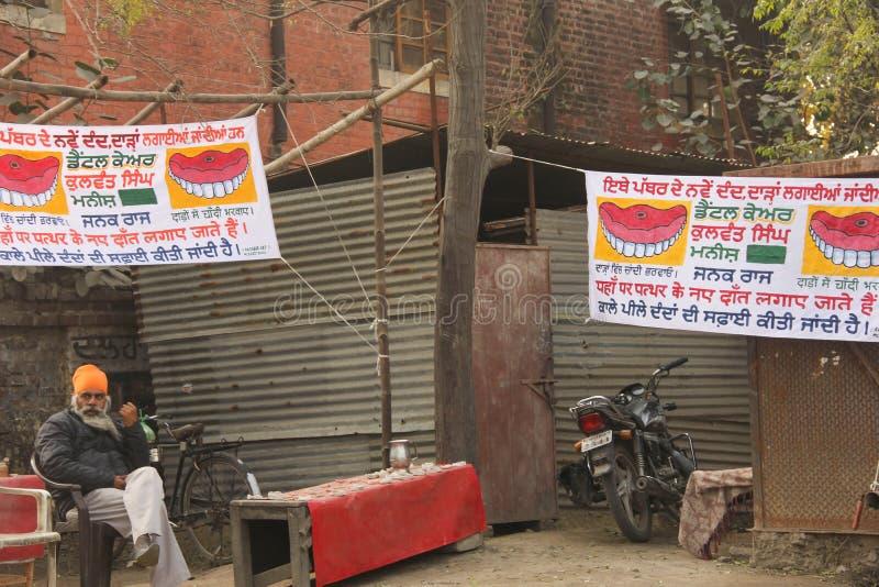 Kvacksalveri: En Major Loophole i tand- övning i Indien arkivbild