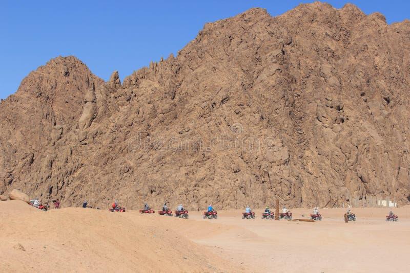 Kvadratmopedsafari i den Sinai öknen, Sharm el Sheikh, Egypten, en tur på quadrocyclesna av berget av Sinai arkivbild