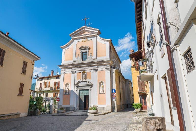 Kvadrera i gammal town Den Orino byn i norr Italien i den Campo deien regionala Fiori parkerar, landskapet av Varese arkivbilder