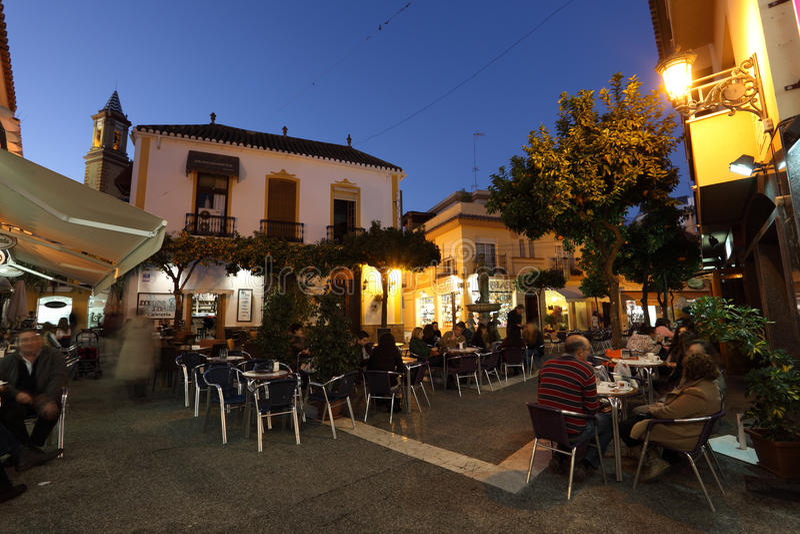 Kvadrera med cafes i Estepona, Spanien arkivfoton