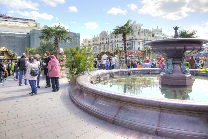 Kvadrera med en springbrunn nära den Bolshoi teatern royaltyfria foton