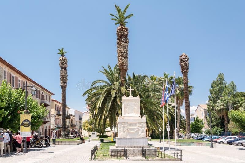 Kvadrera med monumentet till Demetrius Ypsilantis i Nafplioen, Grekland arkivbilder