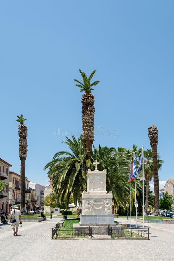 Kvadrera med monumentet till Demetrius Ypsilantis i Nafplioen, Grekland royaltyfri fotografi