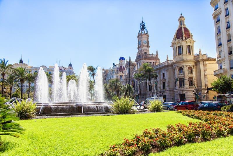Kvadrera med springbrunnen och stolpen - kontorsbyggnad Valencia royaltyfri bild
