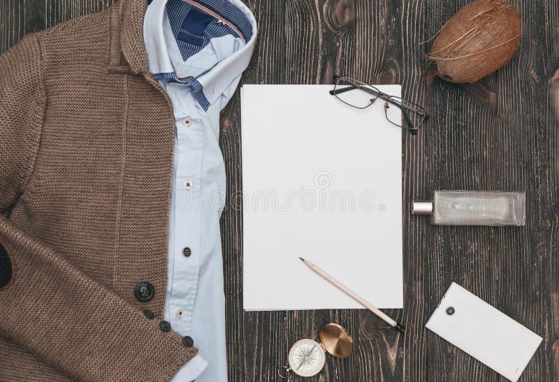 Kvadrerat framlänges lekmanna- av mäns tillfälliga kläder på svart träbakgrund Top beskådar royaltyfria bilder