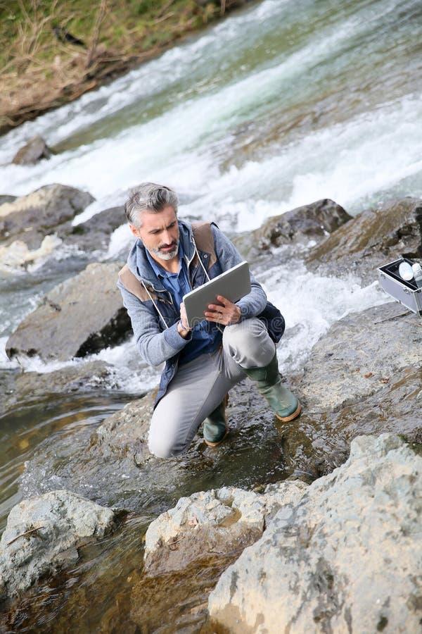Kvalitet för biologprovningsvatten av floden royaltyfria foton