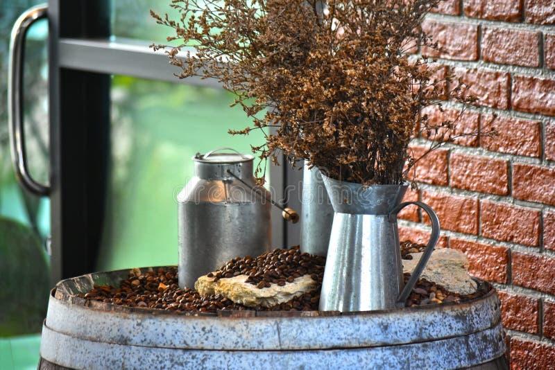 kvalitet för kaffebönan inte satte det på en trähink bakom royaltyfri bild