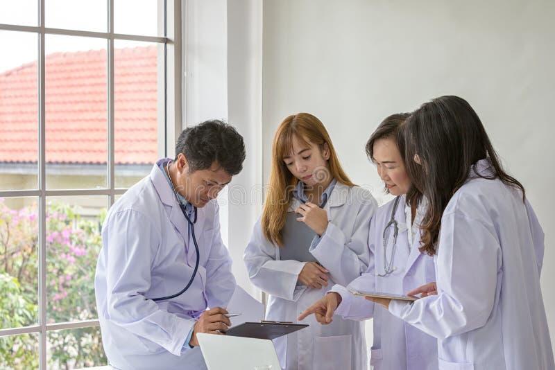 Kvalitet för provning för vetenskapsprovkemist vetenskaplig Gruppforskare som arbetar på laboratoriumet En man och tre som är kvi fotografering för bildbyråer