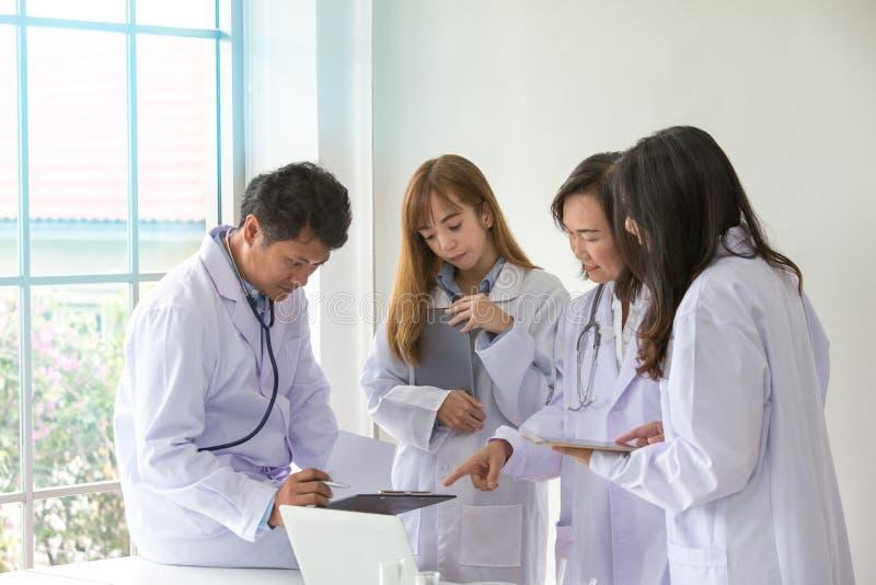 Kvalitet för provning för vetenskapsprovkemist vetenskaplig Gruppforskare som arbetar på laboratoriumet En man och tre som är kvi arkivbilder
