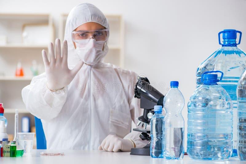 Kvaliteten för vatten för provning för labbassistent royaltyfria bilder