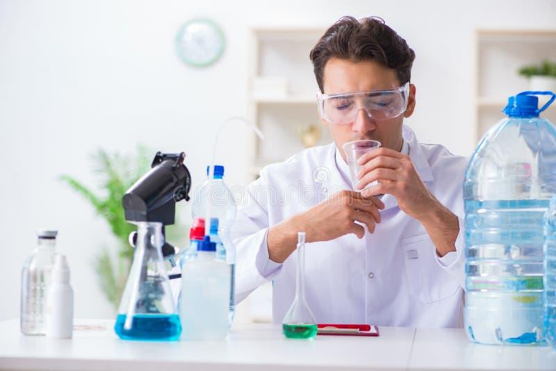 Kvaliteten för vatten för provning för labbassistent arkivfoto