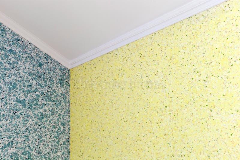 Kvalitets- övergång från blått till den gula vätsketapeten i hörnet av rummet arkivbild