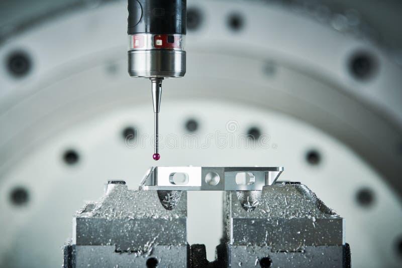 Kvalitets- kontroll på att mala CNC-maskinen Precisionsondavkännare på industriell metalworking arkivbilder