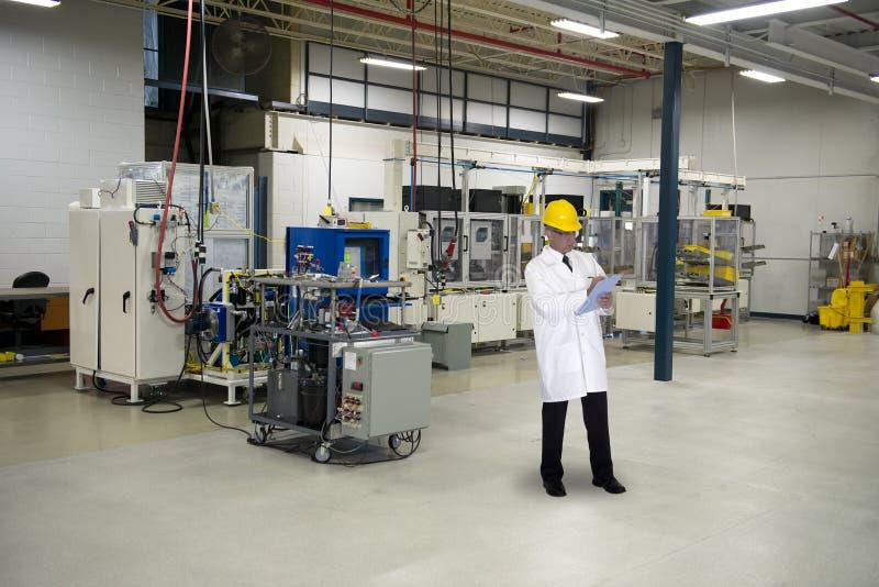 Kvalitets- kontrolltekniker Tech i industriell fabrik royaltyfri foto