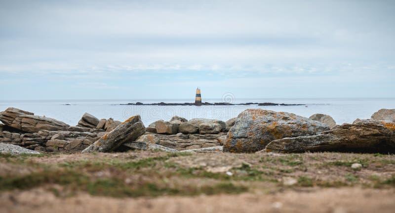 Kvarleva av en semafor på Pointe du Men på den Yeu ön arkivbild