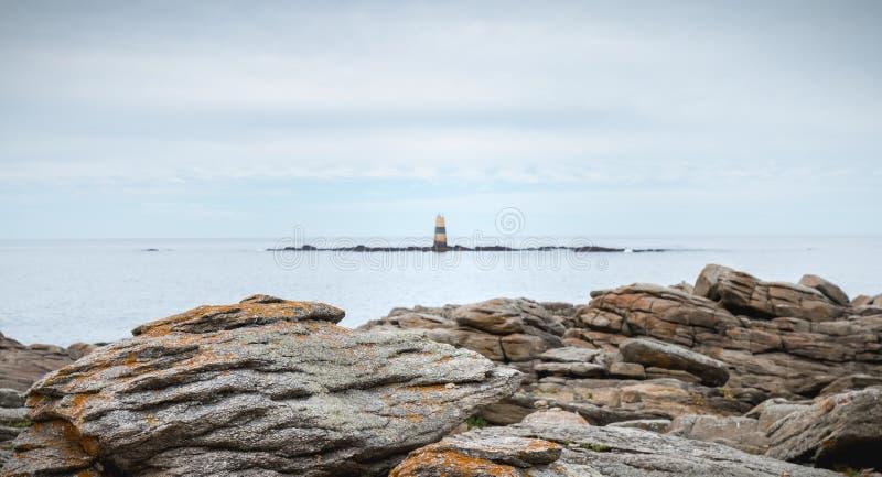 Kvarleva av en semafor på Pointe du Men på den Yeu ön royaltyfri fotografi
