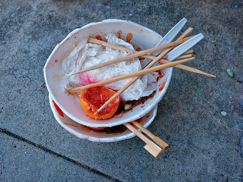 Kvarlevorna av matställen för mat för i går kväll` s den kinesiska på trottoaren royaltyfri foto