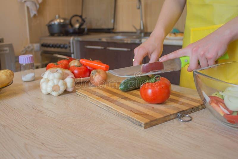Kvarnhandskar för att skära grönsaker i köksbrädan Hälsosam mat Kemiska grönsaker arkivbilder