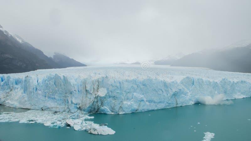 Kvarter av att falla för is av Peritoen Moreno Glacier, El Calafate, royaltyfria bilder