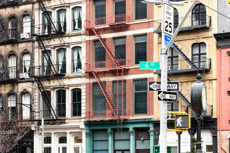 Kvarter av färgrika gamla hyreshusar på den 6th avenyn i den Tribeca grannskapen av New York City fotografering för bildbyråer