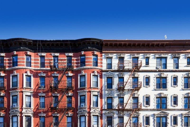 Kvarter av gamla byggnader i New York City med bakgrund för blå himmel fotografering för bildbyråer
