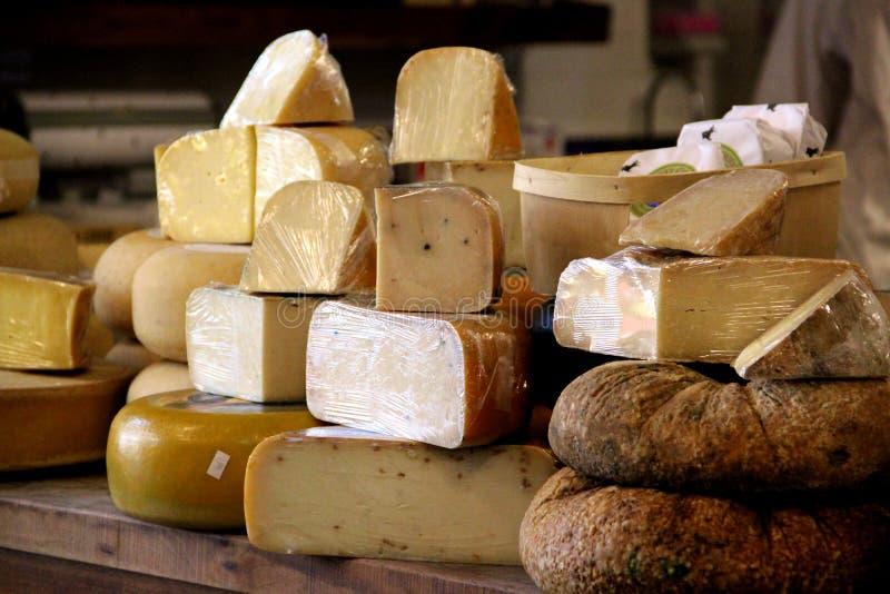 Kvarter av ost som är till salu på bönder, marknadsför arkivfoton