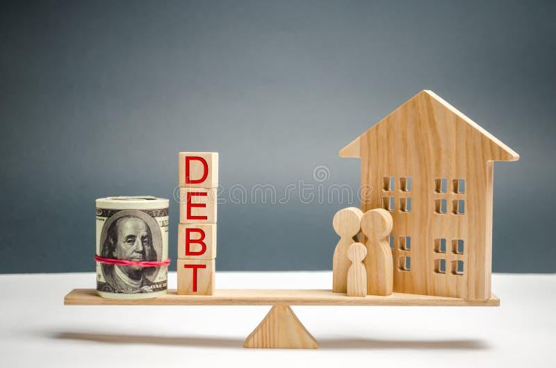 Kvarter med de ordskulden och pengarna, familj och trähus Fastigheten hem- besparingar, lån marknadsför begrepp Betalning av verk arkivfoton