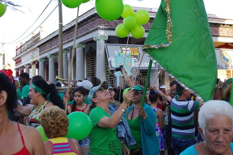 Kvarterpartiet med områdesrumba ståtar under festival i Kuba fotografering för bildbyråer