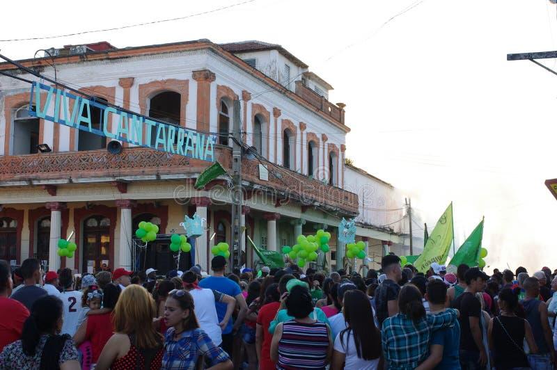 Kvarterpartiet med områdesrumba ståtar under festival i Kuba arkivbild