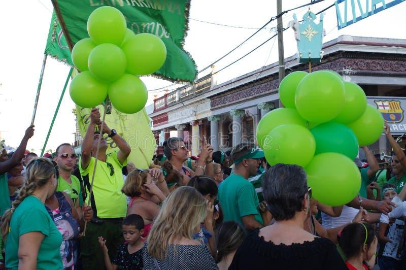 Kvarterpartiet med områdesrumba ståtar under festival i Kuba arkivfoton