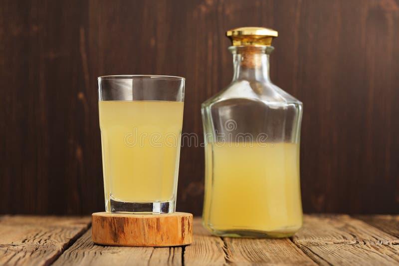 Kvass frio da bebida do centeio do russo no vidro e na garrafa em Ta de madeira imagens de stock