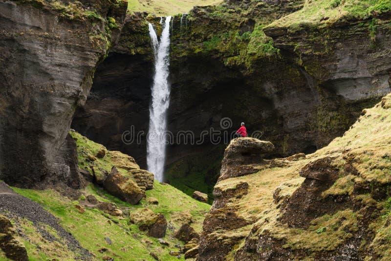 Kvernufoss vattenfall i den pittoreska klyftan av Island royaltyfria foton