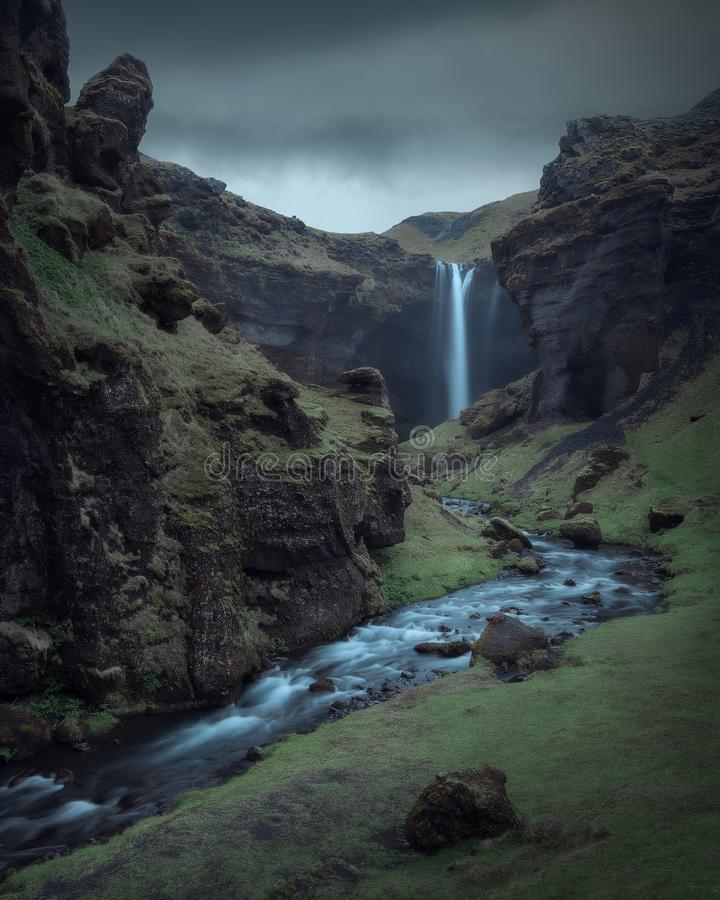 Kvernufoss vattenfall i en klyfta Kvernugil vid en flod Kverna på södra Island royaltyfri bild