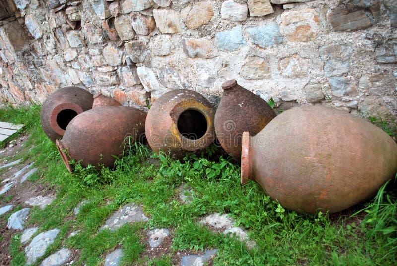 Kvevri, navi delle terraglie, al monastero antico di Ikalto fotografia stock