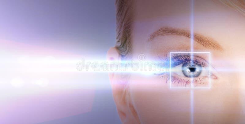 Kvinnaöga med laser-korrigeringsramen royaltyfri fotografi