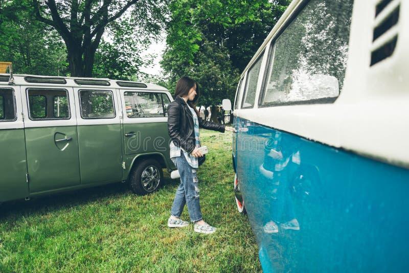 Kvinnaöppningsdörr av skåpbilen arkivbild