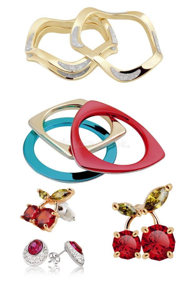 Kvinnaörhängen Samling av guld- örhängen för kvinnor som är enkla eller med diamanter och färgrika halvädelstenar som isoleras på royaltyfria bilder