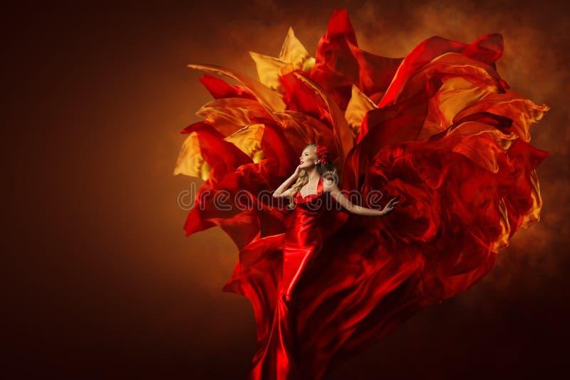 Kvinna Art Dress, härlig modemodell i konstnärlig röd kappa arkivfoton