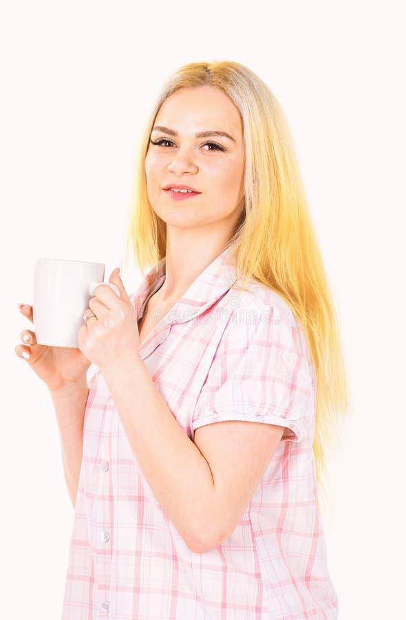 Kvinna attraktiv ung dam i pajama Morgonkaffebegrepp Flickan på att le framsidahåll rånar, tycker om morgonkaffe royaltyfri fotografi