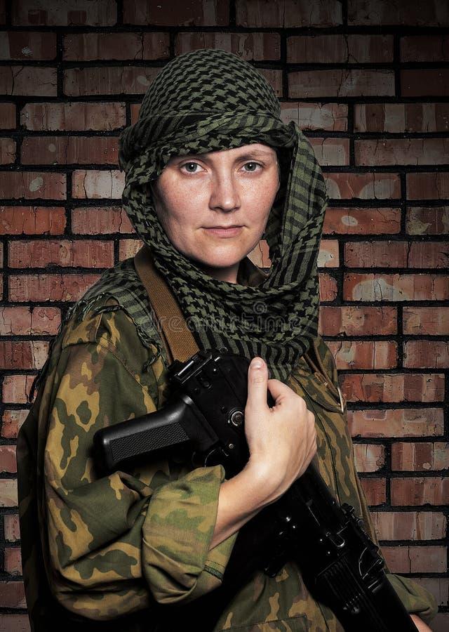 Kvinna av soldaten med en automatisk anfall r fotografering för bildbyråer