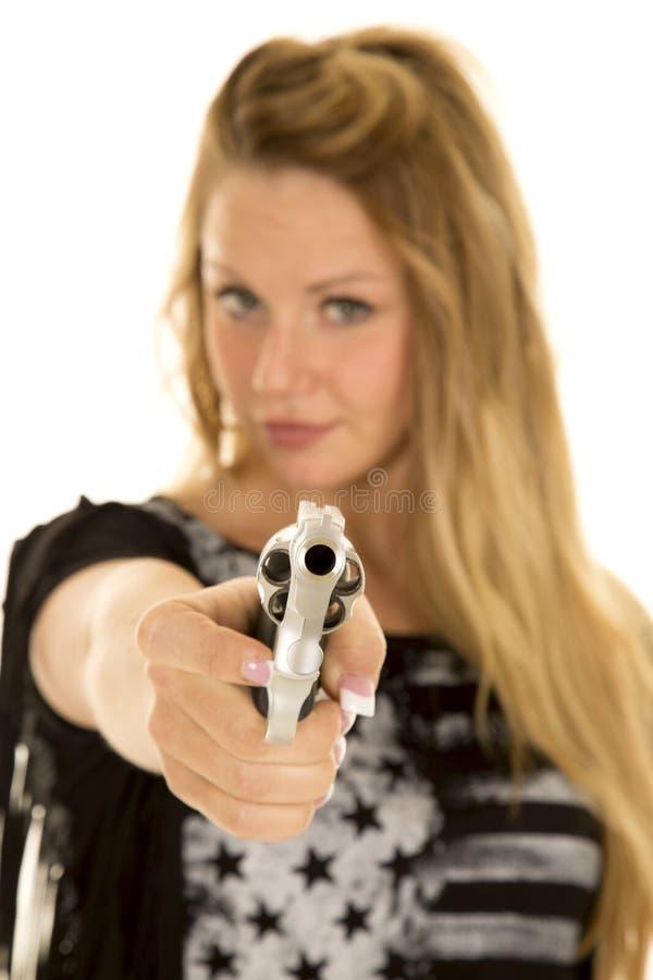 Kvinna bak peka för vapen royaltyfri bild